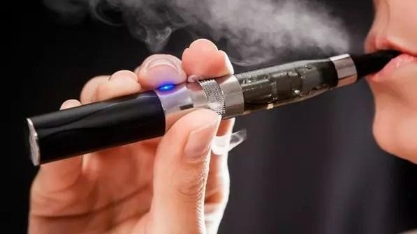O cigarro eletrônico: com formato cilíndrico, diferentes cores e estilos e tamanho bem parecido ao de um cigarro convencional, foi inventado nos anos 60 mas passou a ser fabricado em massa na China em 2003. Tem metade de seu comprimento (a parte da frente) ocupado por uma bateria de lítio, cuja carga dura entre um e três dias. O líquido que a bateria vaporiza vem em refils e em geral contém nicotina (Foto: Thinkstock)