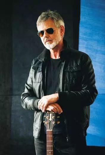 O inglês Richie com tudo em vima aos 60 anos. Ele é casado com uma brasileira