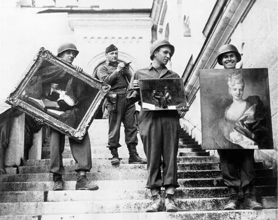 Soldados nazistas carregando obras de pintores famosos saqueadas de museus