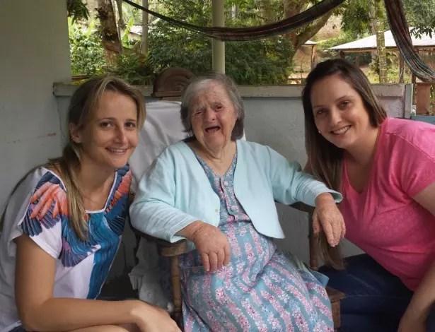 Olga Gums ao lado das sobrinhas. Embora tenha nascido no Brasil, ela não fala português