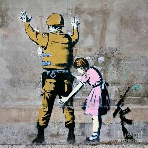 Com spray, faz críticas políticas, à sociedade e à guerra