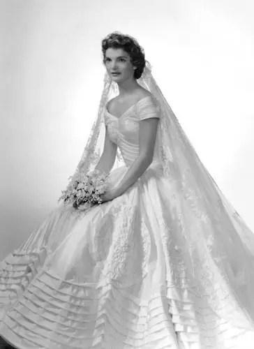 Com o lendário vestido de noiva
