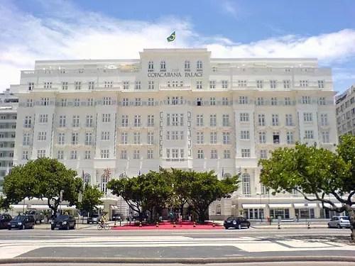 O hotel mais famoso do Brasil, Copacabana Palace, é um dos símbolos do bairro