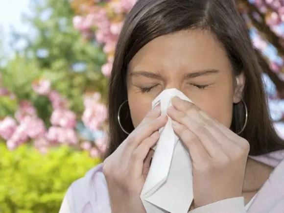 As pessoas sofrem com coriza, dores no corpo, tosse, febre e mal-estar geral