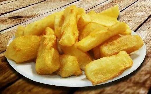 Mandioca cozida-frita, uma das formas de se comer. Uma delícia