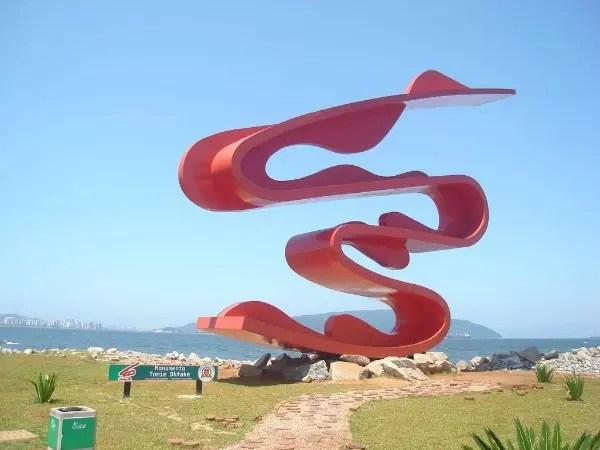 Monumento criado pela artista para celebrar os 80 anos da imigração japonesa no Brasil