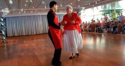 A octogenária no salão de danças do navio com um dos instrutores