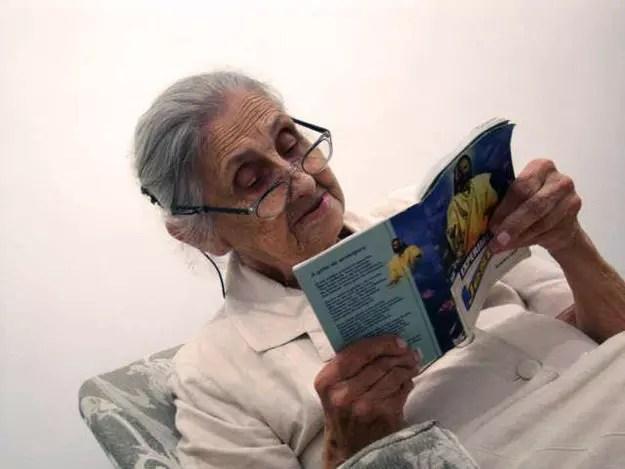 Às vezes, ela passa tempos  olhando para as páginas de um livro, como se estivesse lendo