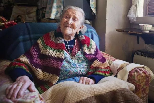 A centenária come três ovos crus por dia desde jovem  quando foi diagnosticada com anemia