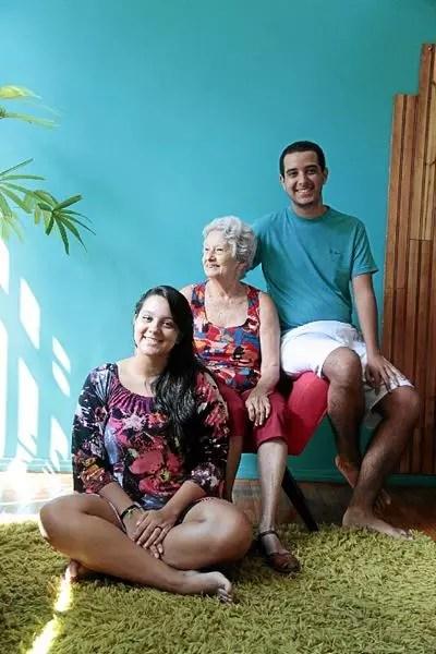 Bom exemplo: com alzheimer, Maria do Socorro tem o carinho dos netos