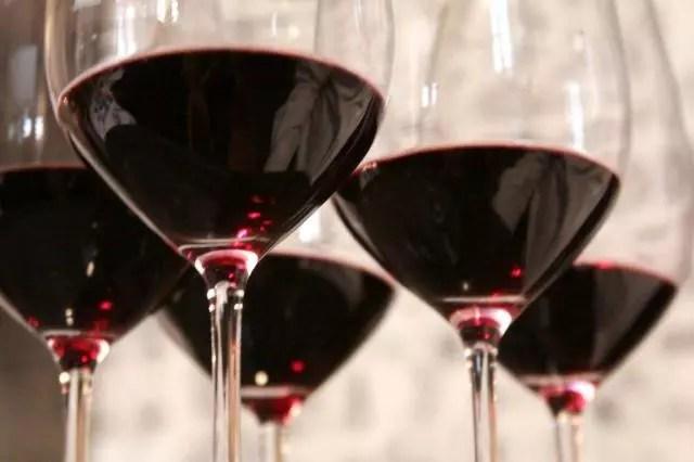 Vinho tinto é um dos que ajudam a viver muito, mas apenas um taça