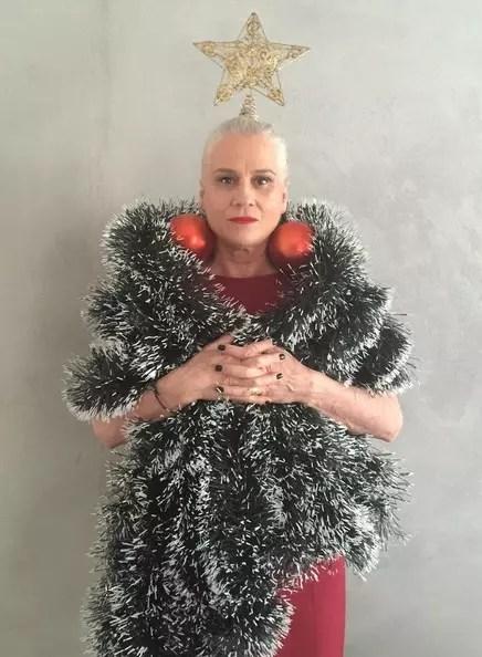 Uma árvore  humana para saudar o Natal de 2015. As bolas como brincos são o máximo