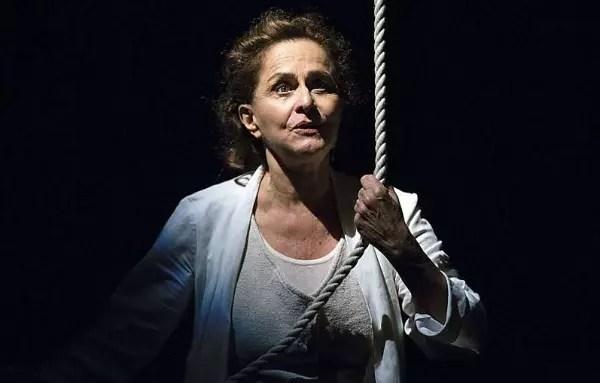 Atriz Regina Braga na peça Agora Eu Vou Ficar Bonita, que tem como tema a velhice
