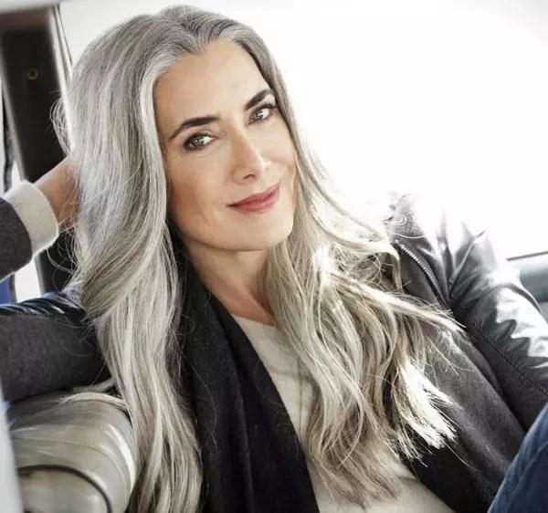 Os cabelos brancos realmente caíram no gosto de muitas mulheres