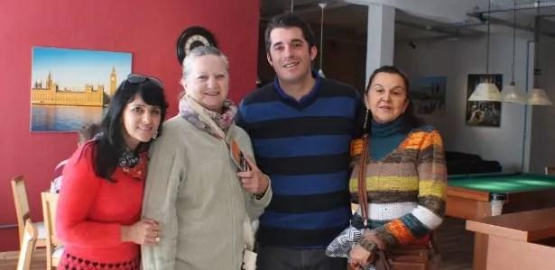 As amigas Angela Maria, Maria Edma e Maria Paganni com Ederson, gerente de albergue