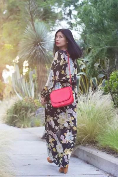 Vestido estampado longo ganha vida com o detalhe da bolsa vermelha