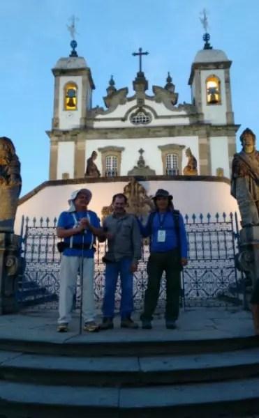 Os amigos Edésio Martinho de Oliveira, de 58 anos,  e José Eustáquio de Souza Matos, de 62, com um amigo (no centro), em Congonhas do Campo, no Caminho Religioso da Estrada Real