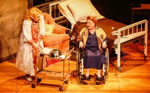 No palco, elas fazem o papel de duas irmãs que dividem um cotidiano recheado de mágoas e ressentimentos.