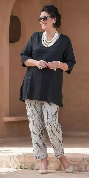 Blusa mais comprida, bonitos adereços e uma calça com detalhes da cor da blusa