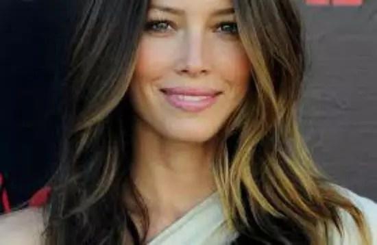 semi-longo, o cabelo adorna o rosto bonito