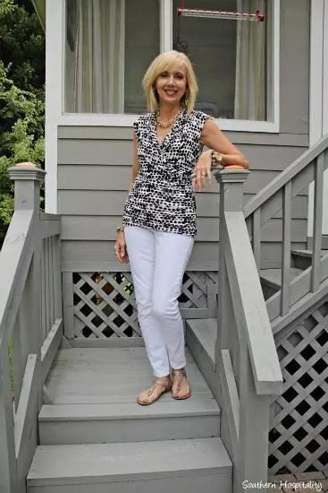 Calça branca, bem verão, e blusa com detalhes brancos