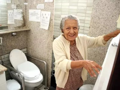Banheiros exigem atenção redobrada, pois é um dos locais da casa em que mais ocorrem acidentes com idosos