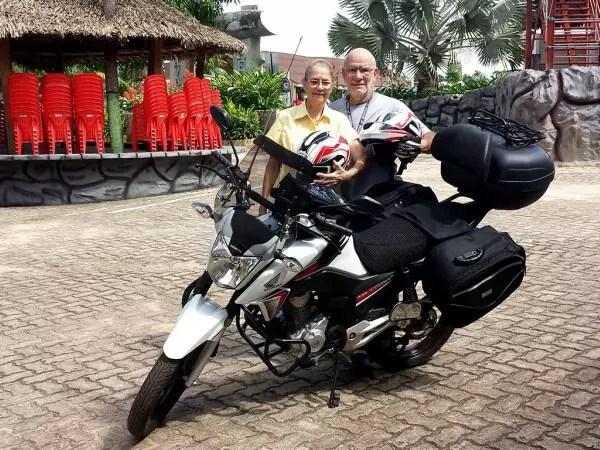 Serafin, 71, e Shirley, 69. e a motocicleta que os levará mundo afora