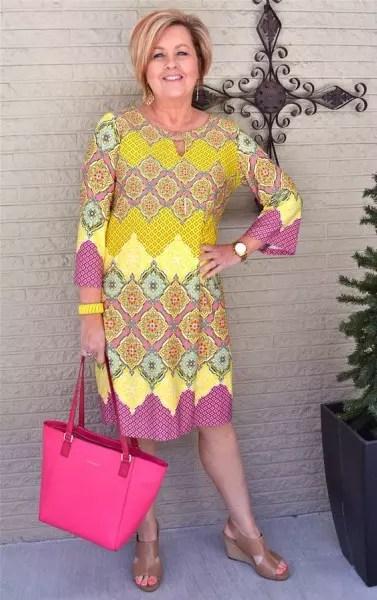 Modelo de vestido bonito, com padronagem bem viva