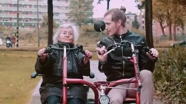 Jovens ajudam as pessoas mais velhas a viver melhor