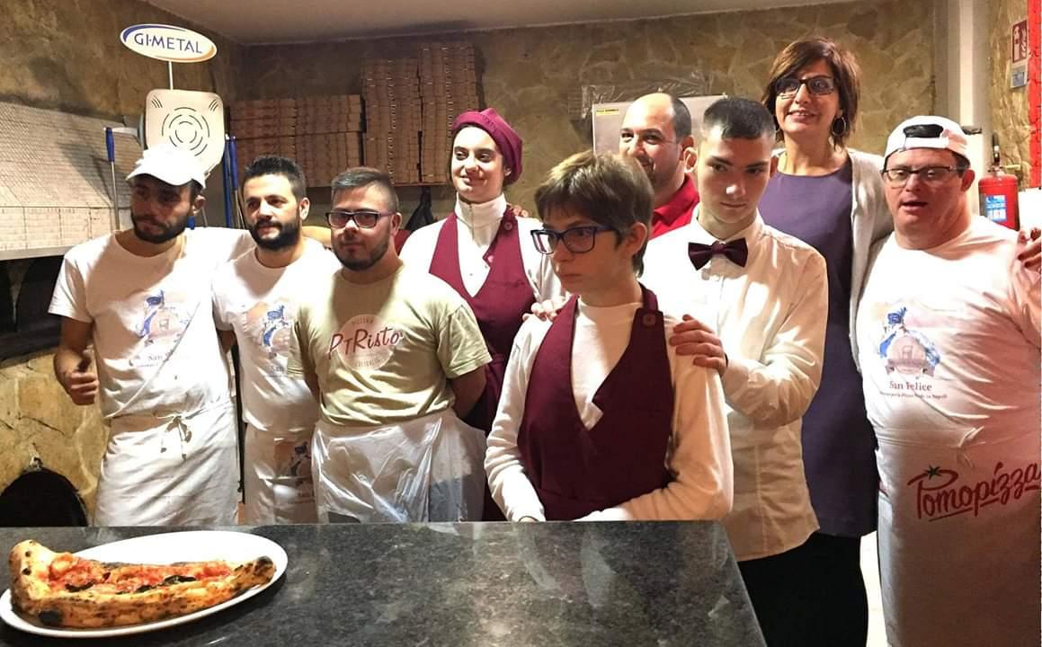 Foto di gruppo alla pizzeria PTRistò