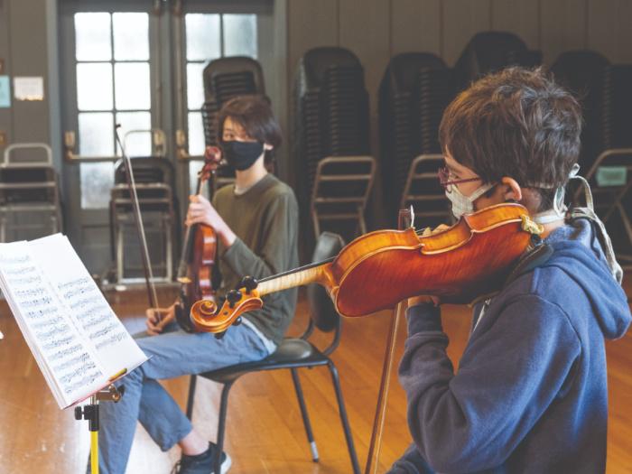 kids playing violin wearing masks