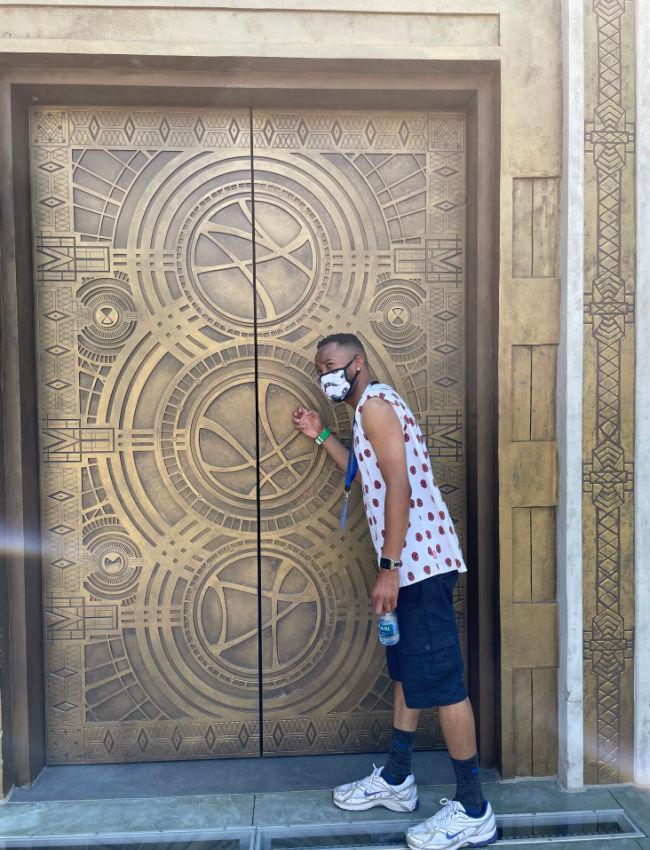 man knocks on golden door