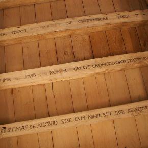 Auf die Dachbalken ließ Montaigne lateinische und griechische Sinnsprüche schreiben. Fast das Einzige, was sich noch im Originalzustand befindet.
