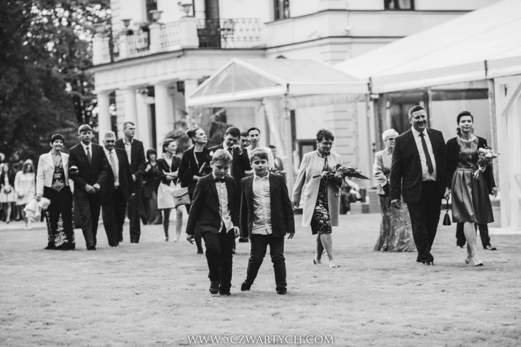 ślub kościelny w plenerze ślub plenerowy Pałac Rozalin przyjęcie weselne wesele ceremonia plenerowa zdjęcia ślubne fotografia ślubna fotograf ślubny reportaż ślubny 5czwartych Warszawa Łódź Wrocław Gdańsk Kraków Opole Wrocław Lublin