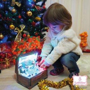 niño abriendo regalo de navidad de 5 lobiños