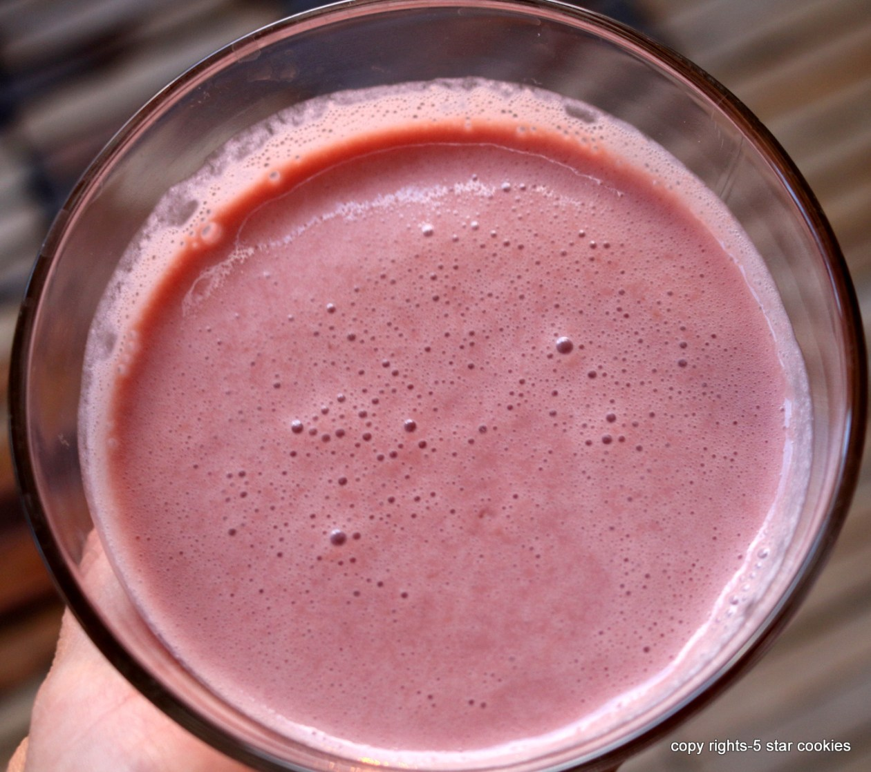 Pomegranate smoothie from the best food blog 5starcookies-blend all ingredients