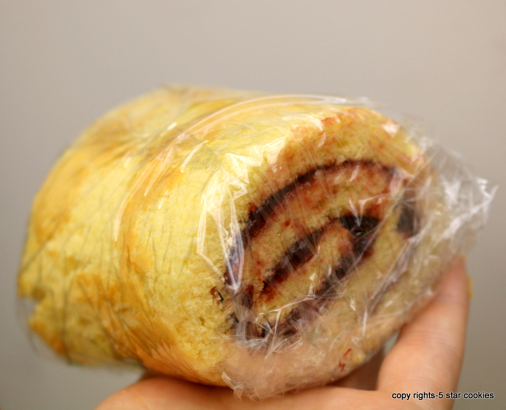 Love Raspberry Roll Cake from the best food blog 5starcookies -Cover with plastic wrap or aluminum foil