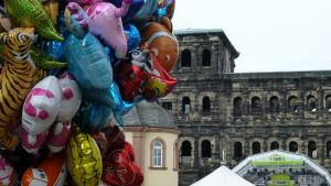 Am Hauptmarkt wurde offiziell eröffnet. 5vier.de hat noch eine Impression von der Porta Nigra eingefangen: dekoriert von Ballons von www.ballon-discount.de. 5vier.de dankt für die Zusammenarbeit und weiß, dass für das zufällige Entgleiten eines solchen Ballons keine Sondererlaubnis der Stadt notwendig sein wird (im Gegensatz zu den Ballons im 5vier.de-Film zur Eröffnung). Film/Fotos: C. Maisenbacher