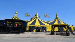 Fast alles steht am Tag vor der Eröffnung da, wo es zur Premiere am heutigen Abend auch wirken soll. (Die Mitarbeiter des Circus Flic Flac arbeiten seit Montag auf Hochtouren). Foto: C. Maisenbacher