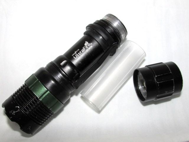 Kuva 4 - Lampun sisään sujautetaan muoviputki, jolloin voi käyttää 18650 -akkuja AAA-patterikelkan sijasta.