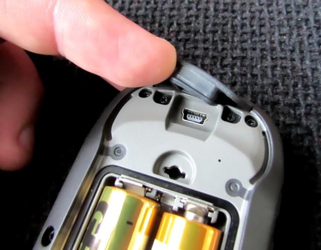 Kuva 9 - USB-portin suojakumi on kohtuu jäykkä uudessa gepsissä ja USB-piuhan asettelu on hieman hankalaa.