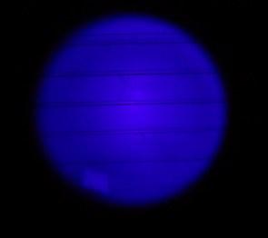 """Kuva 10 - CacheFire UV Focus leveällä keilalla. Keila on reilu puolimetrinen halkaisijaltaan 1.5 metrin etäisyydellä. Kuvan """"tahra"""" on testissä olleen käytetyn lampun saama kolhu."""
