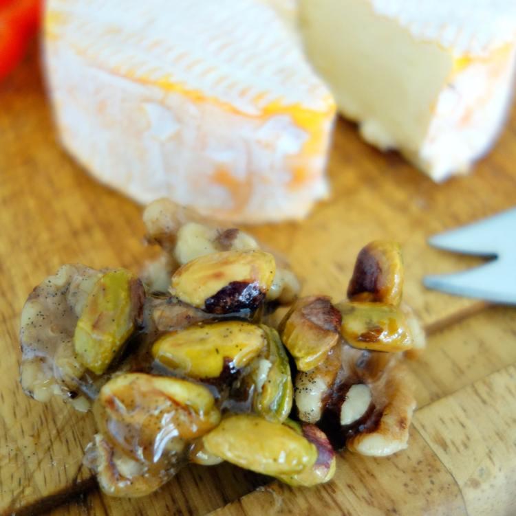 Valnødder og pistacienødder vendt i honning som tilbehør til ostebordet