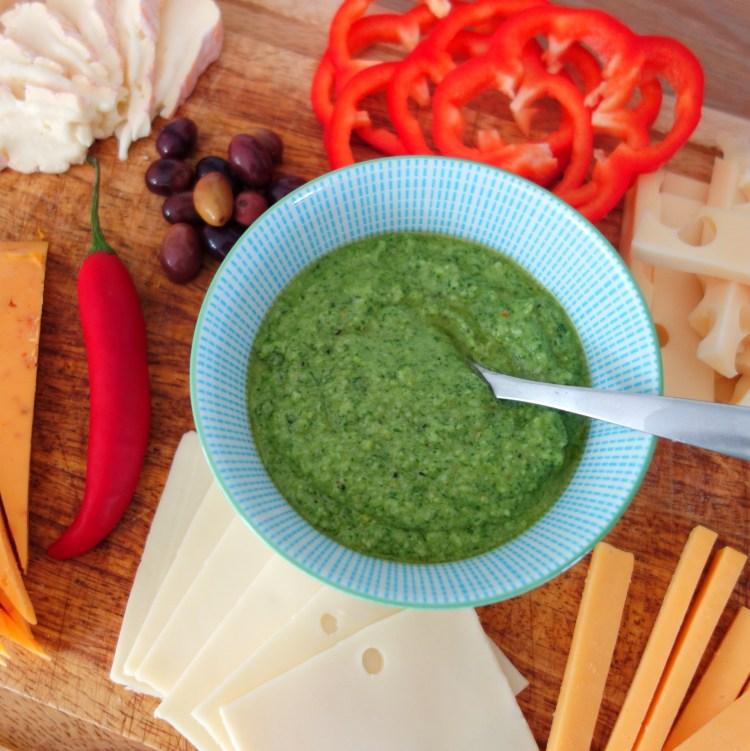 Hjemmelavet grøn basilikumpesto. Tilbehør til ostebordet.