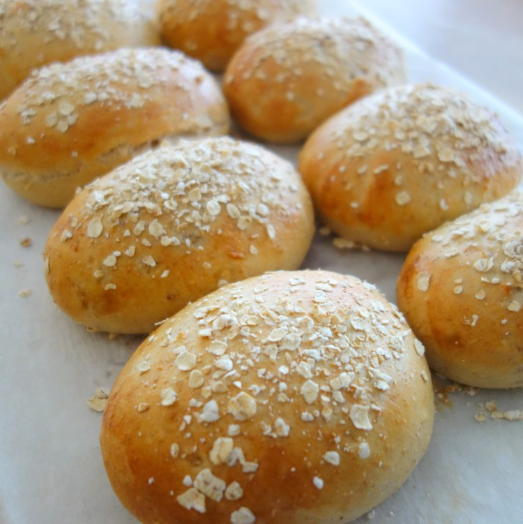 Sandwichboller med müsli drysset med havregryn