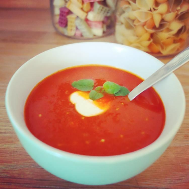 """Tomatsuppe med peberfrugt. I baggrunden """"det skæve tårn fra Pisa""""-pasta."""