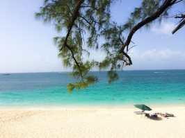 A praia de Paradise Island é um verdadeiro paraíso, Bahamas.