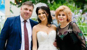 Liviu și Viorica Cernescu o încadrează pe mireasa Larisa Șavlovschi