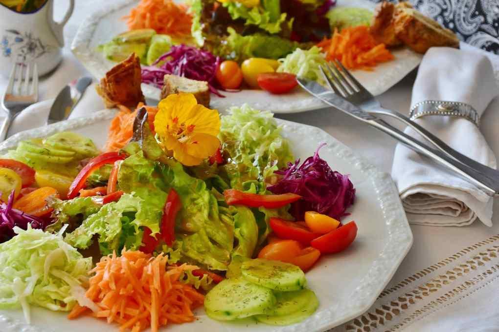salatdressing für bunten salatteller