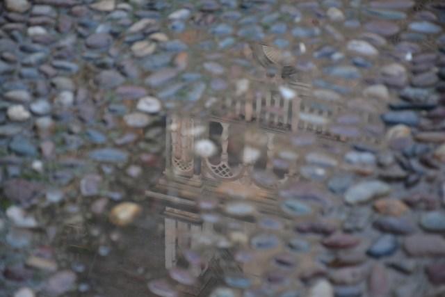 Spiegelbild auf der Piazza Duomo in Bergamo